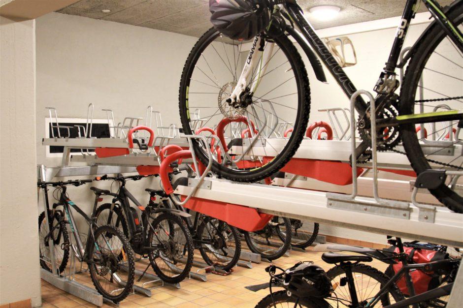 To etasjer med sykler tørt og varmt
