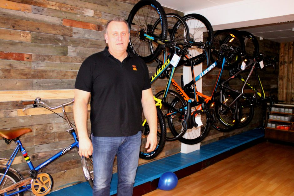 Halvor Andersen er leder for Aktivitetskafeen til Kirkens bymisjon, og derunder hører Pedalen sykkelverksted. Veggene er kledd med planker fra paller. Foto: Bente Wemundstad